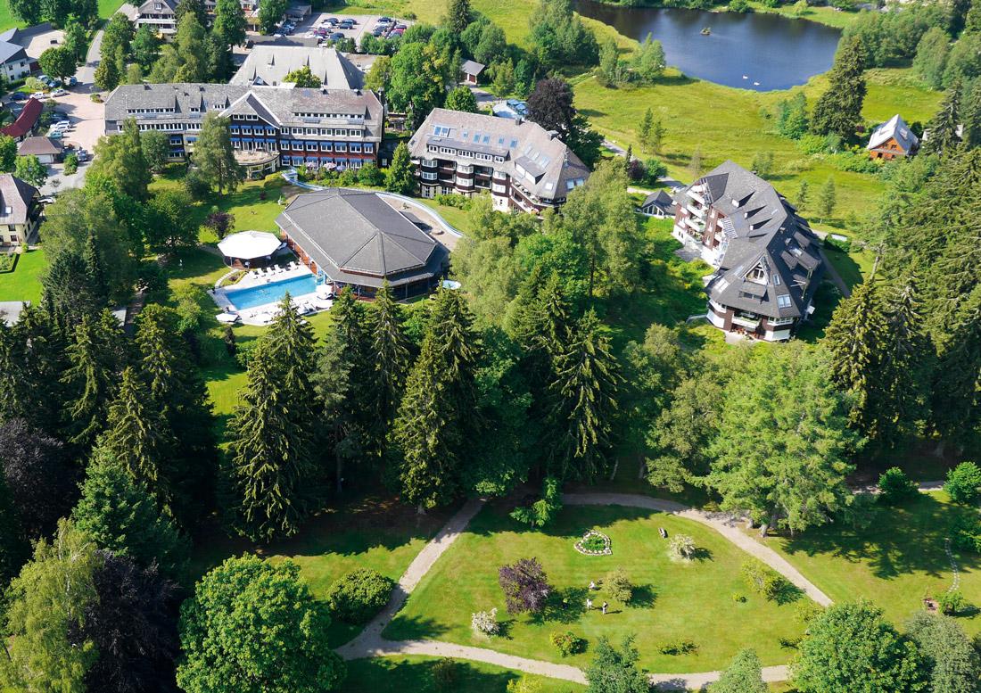 Parkhotel-Adler-Grundstück mit Park und kleinem See